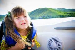 Course des enfants sur l'eau dans le bateau image libre de droits