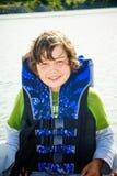 Course des enfants sur l'eau dans le bateau Photographie stock libre de droits