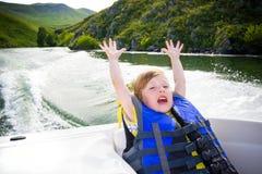 Course des enfants sur l'eau dans le bateau images stock
