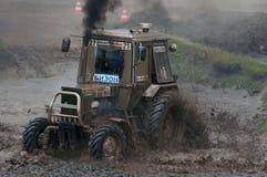 Course des tracteurs dans la boue Image stock