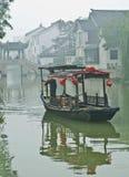 Course en le bateau dans une ville Photos stock
