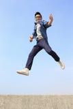 Course et saut heureux d'homme Images libres de droits