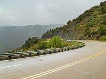 course pluvieuse de montagne de jour Image libre de droits