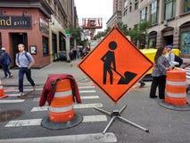 Course sur route, hommes au signe de travail, NYC, NY, Etats-Unis Photos stock