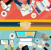 Courses d'affaires et travailler à la table Images libres de droits