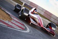 Courses d'automobiles de course sur une voie avec la tache floue de mouvement