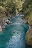 Courses d'un courant du Nouvelle-Zélande par une gorge Photographie stock libre de droits