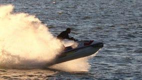 Courses de coureurs de vague de représentation le long de l'eau Images stock