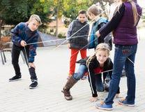 Courses de fille par la corde Images stock
