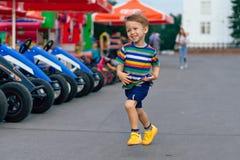 Courses de garçon dans le secteur Photo stock
