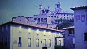 1969 : Courses de rivière de globe par la petite ville de commerce clips vidéos