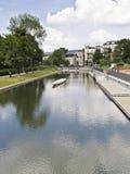 Courses de rivière par une ville Photo stock