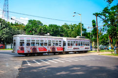 Courses de tram par les rues de Kolkata Photos libres de droits