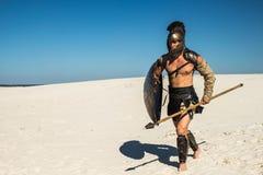 Courses spartiates de guerrier par le désert Photographie stock libre de droits