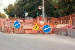 Courses sur route sur la rue de ville en automne Course sur route et détour s images libres de droits