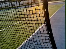 Court de tennis avec le filet image libre de droits