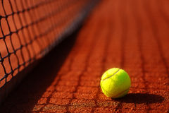 Court de tennis avec le fond de balle de tennis et d'antuka Photographie stock libre de droits