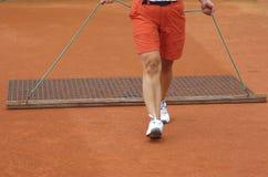 Court de tennis de nettoyage Photos stock