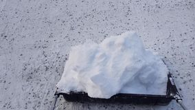 Court-métrage de neige pellant avec la grande pelle Beaux milieux d'hiver banque de vidéos