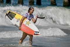 Courtney Conlogue konkurrerar i US Open av att surfa 2018 royaltyfria foton