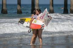 Courtney Conlogue och en fan på skåpbilUS Open av att surfa 2018 royaltyfria bilder