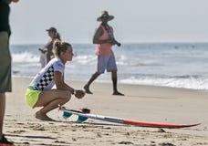 Courtney Conlogue som får klar för en värme på skåpbilUS Open av att surfa 2018 royaltyfria foton