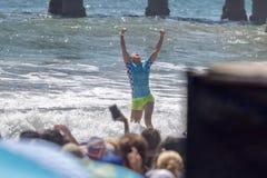 Courtney Conlogue som segrar på skåpbilUS Open av att surfa 2018 fotografering för bildbyråer