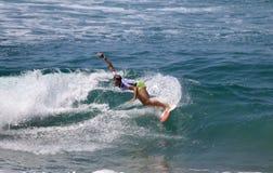 Courtney Conlogue som surfar i skåpbilUS Open av att surfa 2018 royaltyfria bilder