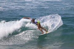 Courtney Conlogue som surfar i skåpbilUS Open av att surfa 2018 royaltyfri foto