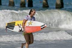 Courtney Conlogue som surfar i skåpbilUS Open av att surfa 2018 royaltyfri bild