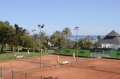Courts de tennis à côté de la mer Images stock
