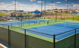 Courts de tennis neufs à un stationnement de communauté photographie stock