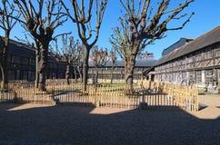 Couryard in Aitre de Saint Maclou in Rouen, alter Friedhof von Opfern der Epidemie Rouen, Normandie, Frankreich lizenzfreie stockfotografie