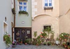 Couryard de résidence avec les plantes et les fleurs mises en pot dans Krems, Autriche photos stock