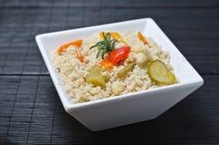Cous cous, amarant lub birdseed z warzywami, zdjęcie stock