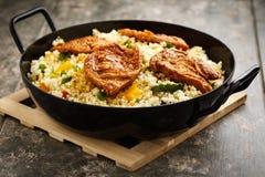 Cous cous com vegetarianos e medaillons da soja fotografia de stock royalty free