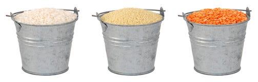 Cous cous, Reis und Linsen in den Miniaturblecheimern Stockbild