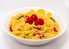 Cous Cous Salat mit Babytomate im Weiß Lizenzfreies Stockbild