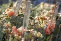 Cous cous de repas sur le pouce et crevettes et légumes Images stock