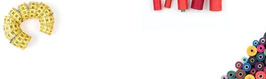 Cousant assure le thrread, boutons, la bande, ciseaux sur le fond blanc Textotez, couvrez, imprimez, affiche prête Photo libre de droits