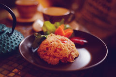 Couscous - afrykański naczynie na brown talerzu obrazy royalty free