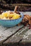 Couscous avec des herbes, des oranges et des amandes photo stock