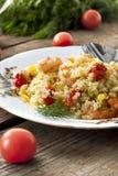 Couscous avec la crevette, les tomates et les poivrons images libres de droits