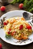 Couscous avec la crevette, les tomates et les poivrons photos libres de droits