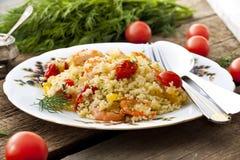 Couscous avec la crevette, les tomates et les poivrons photographie stock libre de droits