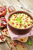 Couscous avec la grenade, les raisins secs et les épices Images stock
