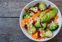 Couscous avec le brocoli, avocats, carottes Images stock