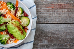 Couscous avec le brocoli, avocats, carottes Image stock