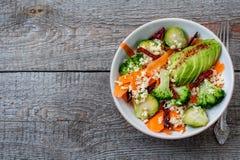 Couscous avec le brocoli, avocats, carottes Photo stock