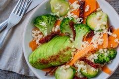 Couscous avec le brocoli, avocats, carottes Images libres de droits